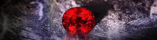 Der Rubin entfaltet seine ganze Strahlkraft in der Nacht, wenn sich sein intensives Rot im Kerzenlicht bricht.