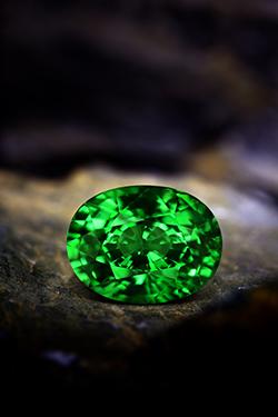Tsavorit. Ein grüner Edelstein im Angebot bei Juwelo, Ihrem Experten für farbige Edelsteine.