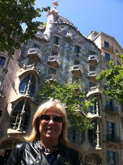 Cuini in Barceloa vor Gaudí-Gebäude