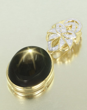 Schwarzer Stern-Saphir-Goldanhänger