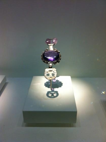 Riesiger Amethyst-Goldanhänger im Museum