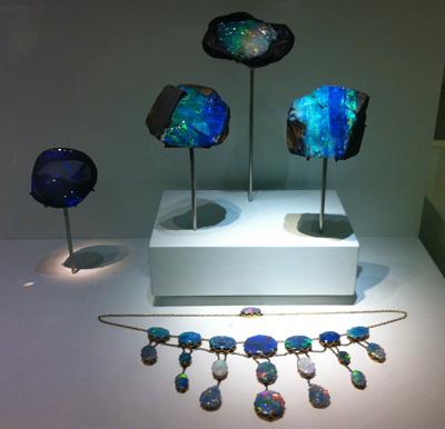 Opal-Collier und weitere ausgestellte Opale