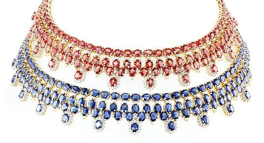 Dieses Collier gibt es in zwei Varianten: oben mit Tansania-Rubinen und unten mit Laos-Saphiren
