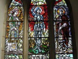 Gabriel, Michael und Raphael, dargestellt in einer Glasmalerei in der Kirche St. Ailbe, einer katholischen Kirche in Irland Quelle: wikipedia.org