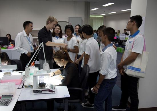 Die Jugendlichen aus Bangpoo zu Besuch in der Manufaktur