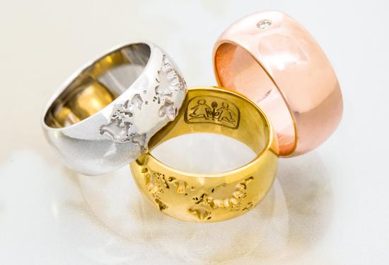 Die Shiny Future-Ringe sind in Gold und Silber erhältlich