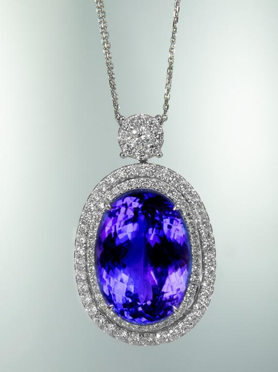 ein absolutes Highlight: 40 ct schwerer Tansanit und 3 ct Diamanten in einem 750er Weißgoldanhänger